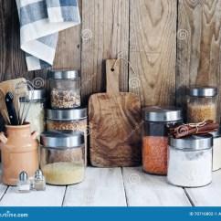 Kitchen Pantry Bright Light Fixtures 干燥食品和厨房器物的安排库存照片 图片包括有瓶子 内部 产品 会议室 干燥食品和厨房器物的安排