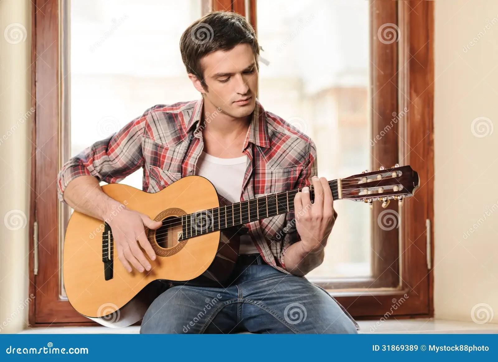 彈吉他的人 免版稅庫存圖片 - 圖片: 31869389