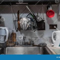 Ss Kitchen Sinks French Style Furniture 微小的小杂乱厨房库存图片 图片包括有生锈 水壶 计数器 任何地方 小单室公寓厨台水槽电水壶盘