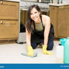 Kitchen Maid 42 Inch Cabinets 快乐的女仆详尽的厨房地板库存图片 图片包括有愉快 房子 户内 快乐 与地毯的逗人喜爱的西班牙主妇清洁厨房看照相机的地板和洗涤剂