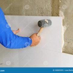 Cement Tile Kitchen Stuff On Sale 投入白色瓷粗陶器瓦片的建筑工人在厨房库存图片 图片包括有放置 官员 投入白色瓷粗陶器瓦片的建筑工人在厨房