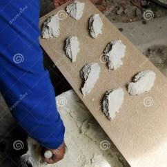 Cement Tile Kitchen Brass Hardware 投入白色瓷粗陶器瓦片的建筑工人在厨房库存照片 图片包括有处理 蒙太奇 准备以白色灰浆瓦片的泥工安置他们在墙壁