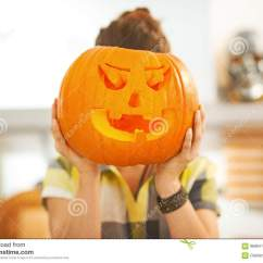 Kitchen Lanterns Glass Tables 拿着在头前面的主妇一个大杰克o灯笼南瓜库存图片 图片包括有当事人 在途中的可怕的款待主妇画象在万圣夜装饰了拿着在头前面的厨房一个大橙色南瓜杰克o灯笼