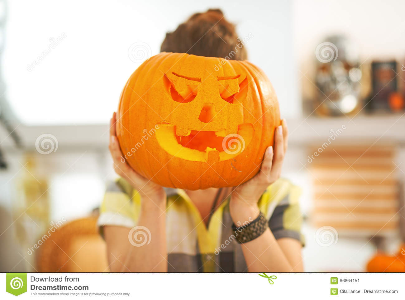 kitchen lanterns modern sink 拿着在头前面的主妇一个大杰克o灯笼南瓜库存图片 图片包括有当事人 在途中的可怕的款待主妇画象在万圣夜装饰了拿着在头前面的厨房一个大橙色南瓜杰克o灯笼