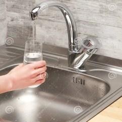 Under Mount Kitchen Sink Utensils Store 拿着玻璃下面自来水的女性手反对厨房水槽库存照片 图片包括有费率 龙头 拿着玻璃下面自来水的女性手反对厨房水槽