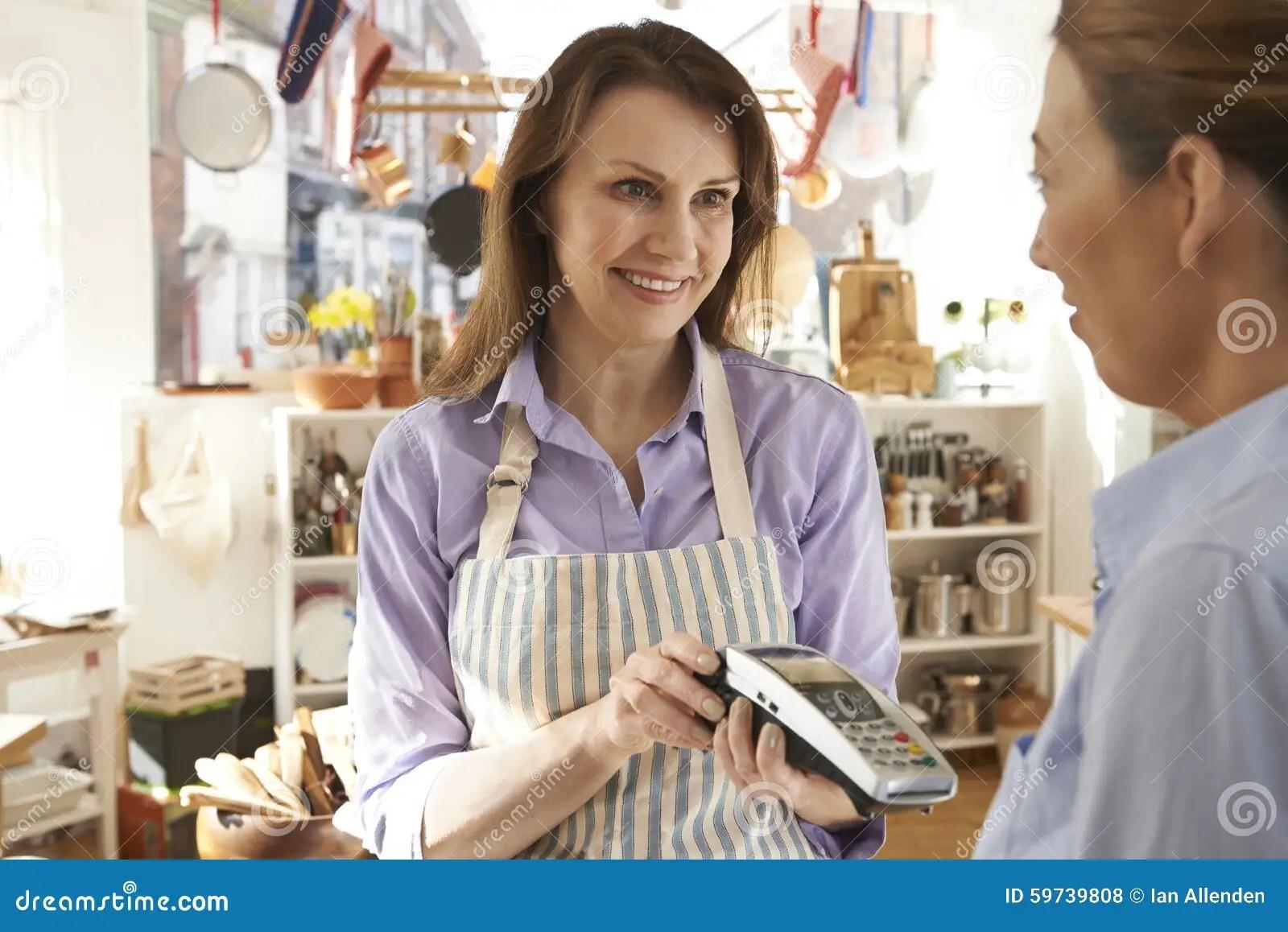 kitchens store restaurant kitchen equipment 支付在厨房商店的顾客使用信用卡终端库存照片 图片包括有设备 户内 支付在厨房商店的顾客使用信用卡终端