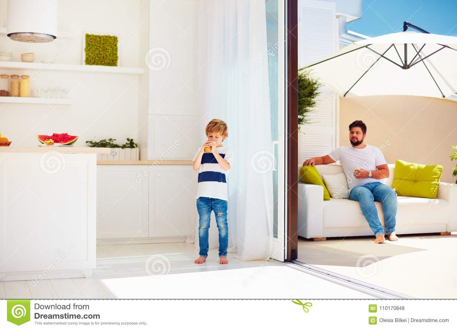 patio kitchen cabinets dayton ohio 放松在有露天场所厨房的屋顶露台的愉快的家庭温暖的夏日库存照片 图片 放松在有露天场所厨房的屋顶露台的愉快的家庭温暖的夏