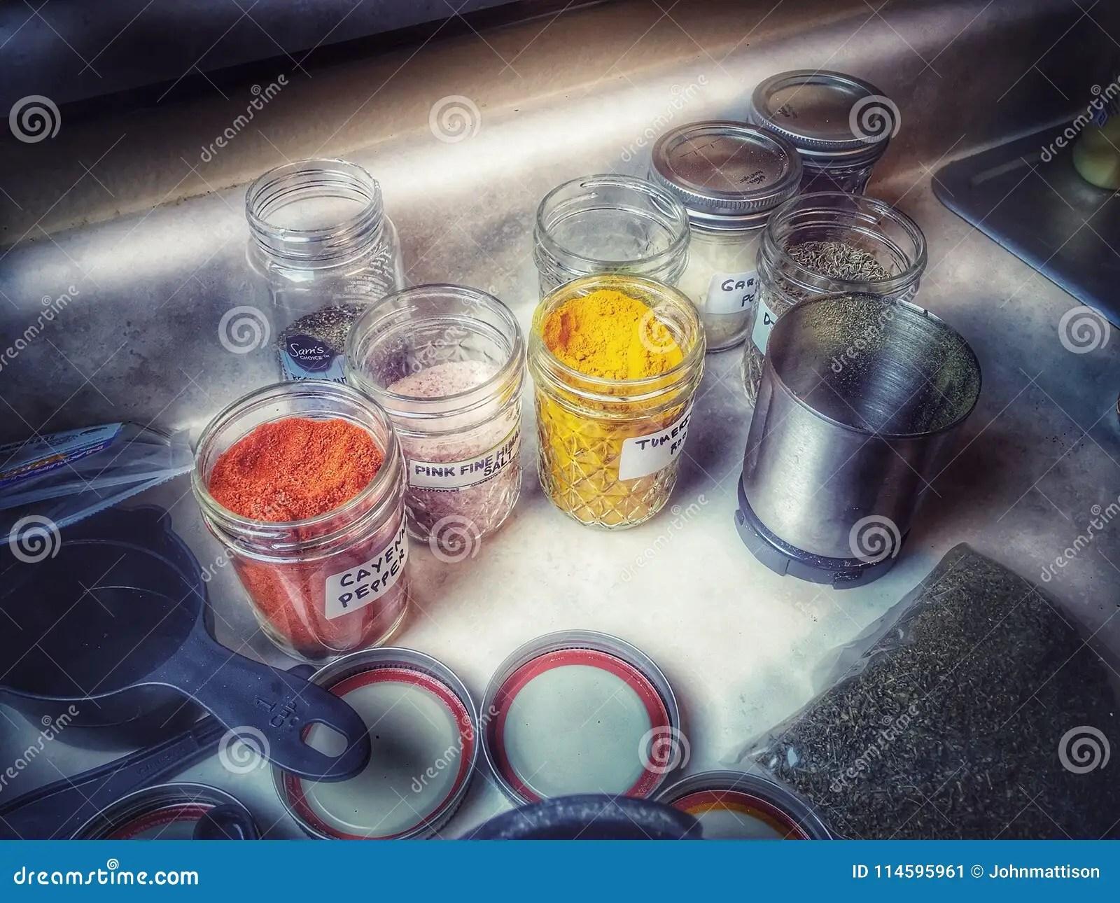 kitchen cabinet covers backsplashes in kitchens 晒干在金属螺盖玻璃瓶的厨柜库存图片 图片包括有恐怖 万圣节 瓶子 自 回家做的香料混合接近在自创调味料混合的一个金属螺盖玻璃瓶