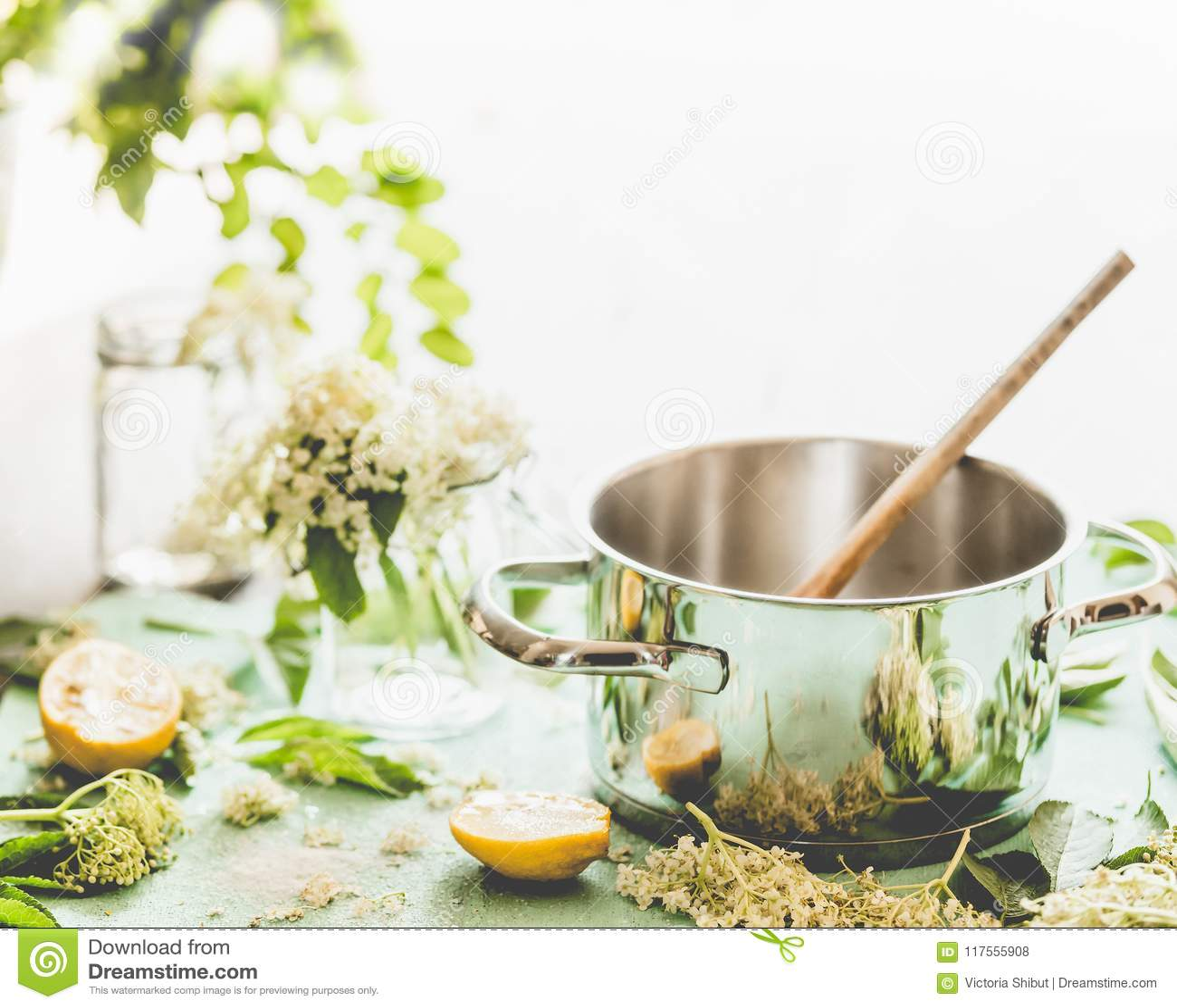 kitchen prep table aide mixer attachments 更旧的花糖浆或果酱准备有匙子 elderflowers和柠檬的罐在厨房用桌上库存 elderflowers和柠檬的罐在窗口的厨房用桌上家庭生活方式烹调健康季节性的食物吃和