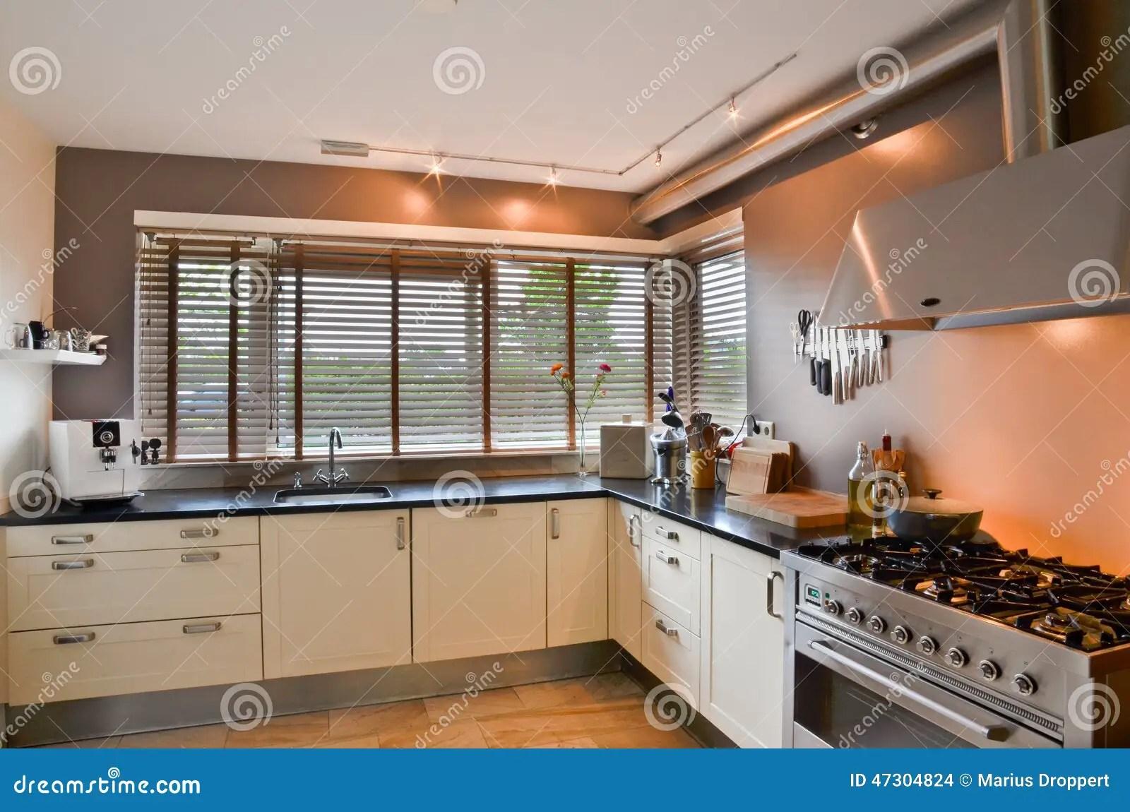 kitchen inventory cabinet trim installation 有不锈的火炉和木地板的现代厨房库存照片 图片包括有墙壁 设备 方便 有不锈的火炉和木地板的现代厨房