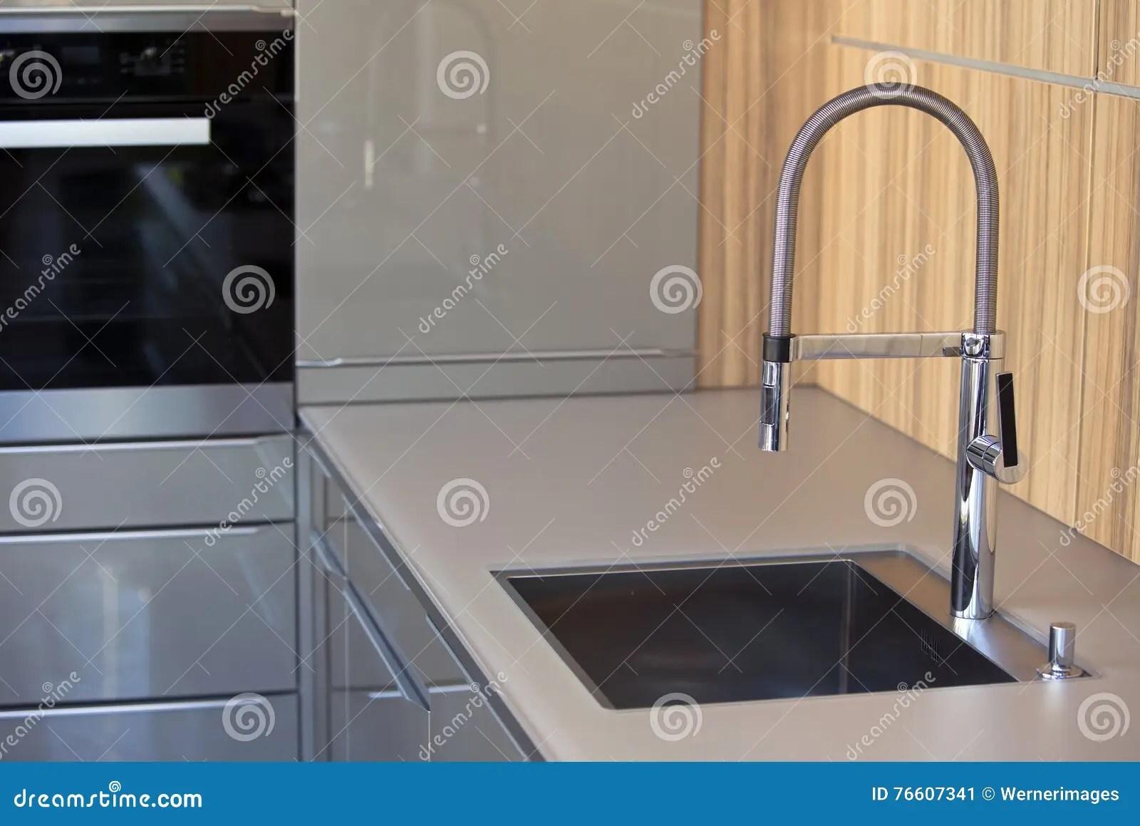 gray kitchen sink where to buy a island 有不锈钢水槽的时髦的灰色厨房库存图片 图片包括有烤箱 家庭 不锈 有不锈钢水槽的时髦的灰色厨房