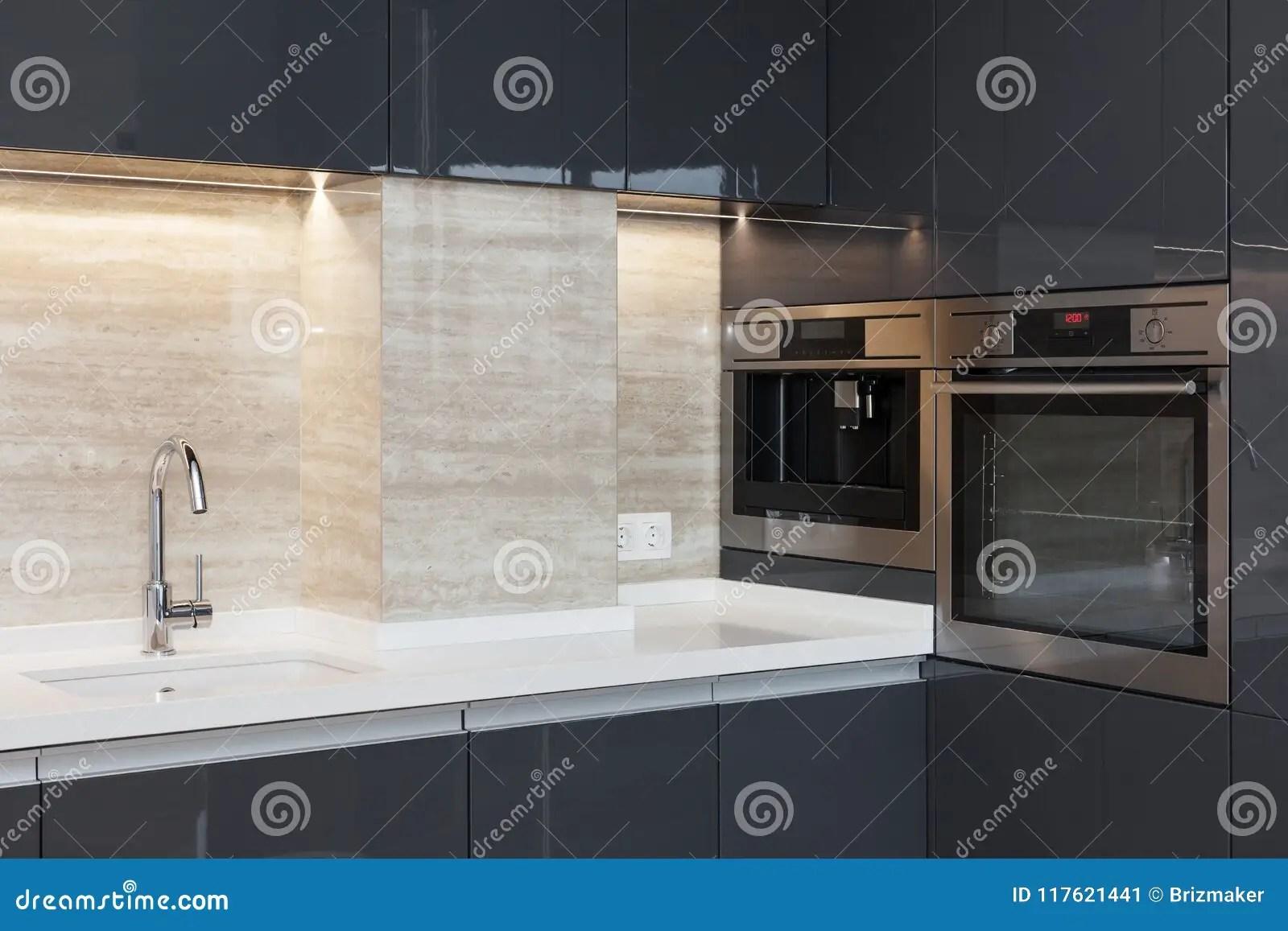 kitchen ovens kwc faucets 有修造的新的现代厨房在烤箱和镀铬物水龙头led worktop照明库存图片 worktop照明