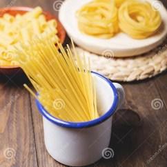 Kitchen Prep Table Dining Room Tables 有准备好的面团的厨房容器烹调在木桌上库存照片 图片包括有麦子 健康 有准备好的面团的厨房容器烹调在木桌上