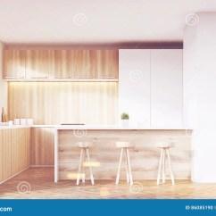 Kitchen Counter Stools Cutler & Bath 有凳子和酒吧的厨房库存例证 插画包括有当代 照亮 Browne 用餐 空间 与轻的木家具 白色碗柜 柜台和三把凳子的厨房内部在角落的大白色墙壁段3d翻译嘲笑被定调子的图象