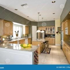 Modern Kitchen Stools Remodeling Ideas 有凳子的现代厨房在海岛在议院里库存图片 图片包括有没人 弯脚的 地毯 有凳子的现代厨房在海岛在议院里