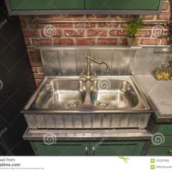 Kitchen Sink Cabinets Chandelier Ideas 有双重钢水槽的在英国样式 选材台 银色豪华龙头厨房厨柜库存图片 图片 银色豪华龙头厨房