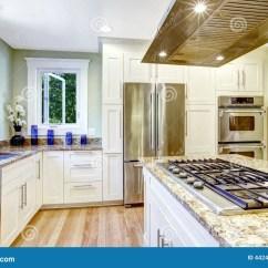 Kitchen Fixtures Modern Appliances 有固定火炉 花岗岩上面和敞篷的厨房库存照片 图片包括有花岗岩 墙壁 现代和实用厨房室设计有花岗岩上面和钢装置的白色内阁 有固定火炉的厨房和钢敞篷