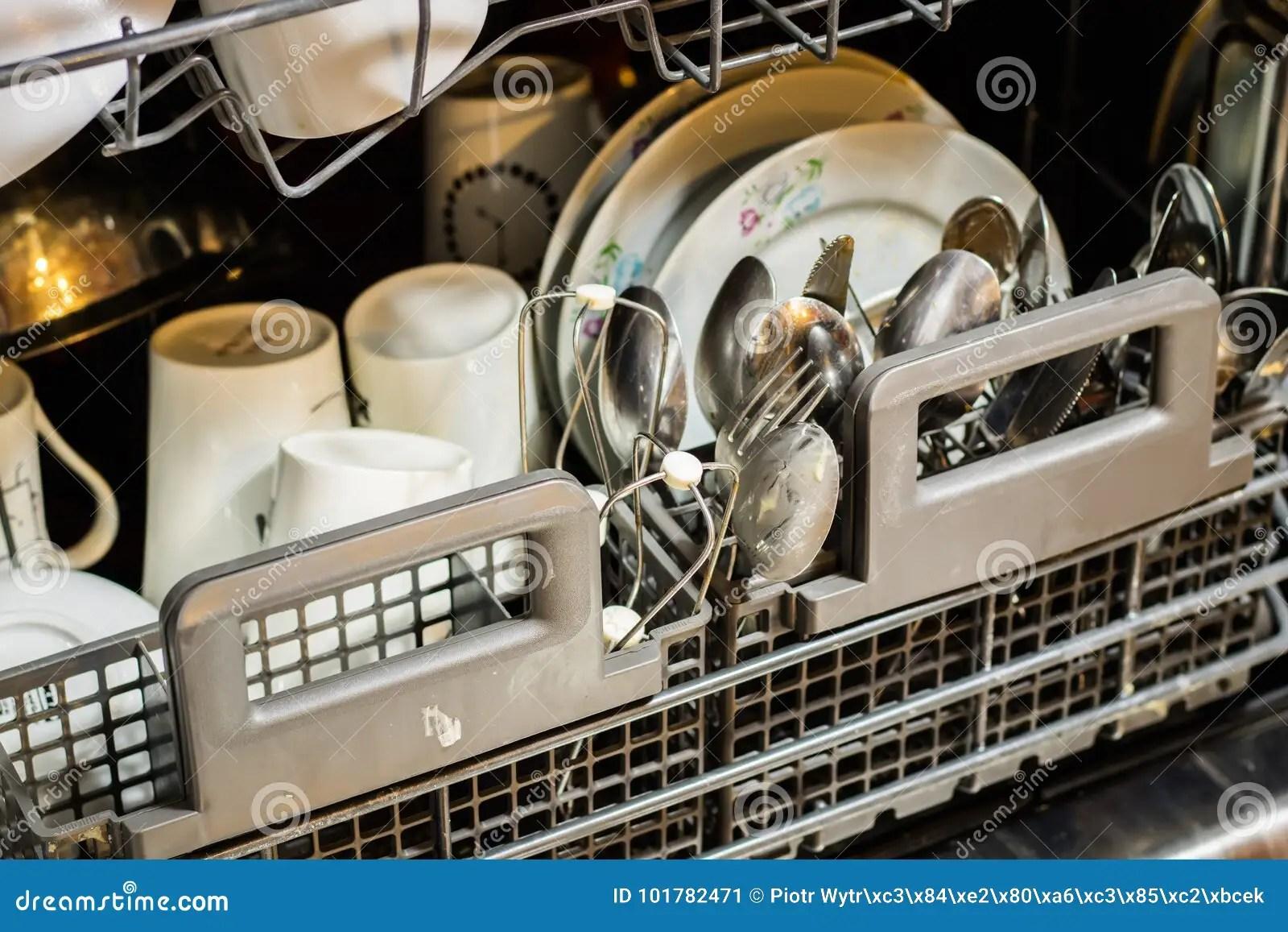 kitchen aid bowls tray 有坏的盘的洗碗机粉末 洗碗盘行为片剂和rin 库存图片 图片包括有包装 洗碗盘行为片剂和冲洗援助洗涤的盘在厨房里