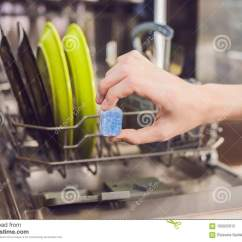 Kitchen Aid Bowls Islands Lowes 有坏的盘的洗碗机粉末 洗碗盘行为片剂和rin 库存照片 图片包括有项目 洗碗盘行为片剂和冲洗援助洗涤的盘在厨房里