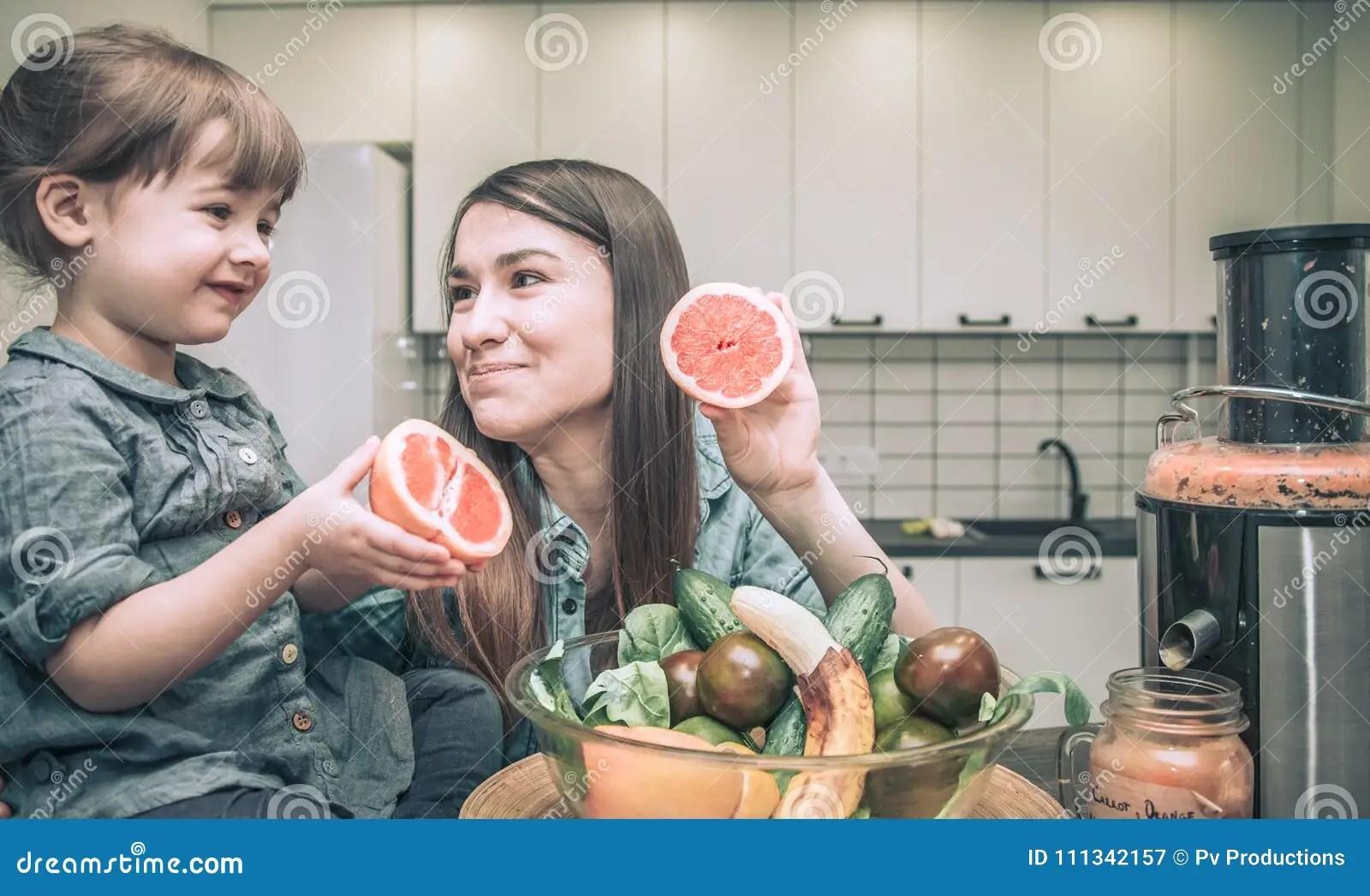 ellas kitchen baby food white eyelet curtains 有孩子的妈妈在厨房准备新鲜的汁液库存图片 图片包括有烹调 果子 女孩 有两个可爱的女儿的母亲在厨房里准备新鲜水果汁 健康婴儿食品的概念和一个愉快的家庭