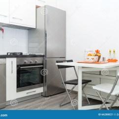 Kitchen Basket Budget Remodel 有新鲜水果篮子的厨房在与两把椅子的白色表上库存图片 图片包括有颜色 小白色厨房内部有新鲜水果篮子的在与两把椅子的白色表上明亮的现代厨房内部背景必须有厨具和装置 不锈的冰箱 火炉 水槽