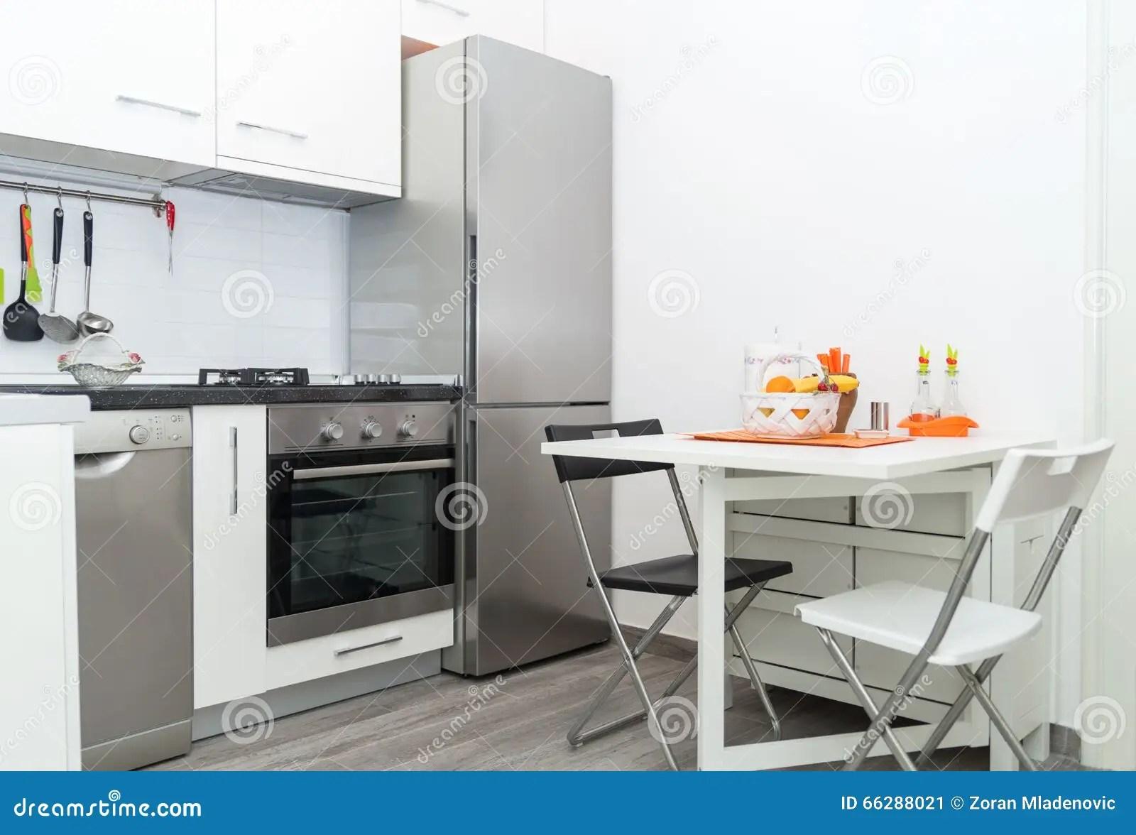 kitchen basket best name brand appliances 有新鲜水果篮子的厨房在与两把椅子的白色表上库存图片 图片包括有颜色 小白色厨房内部有新鲜水果篮子的在与两把椅子的白色表上明亮的现代厨房内部背景必须有厨具和装置 不锈的冰箱 火炉 水槽