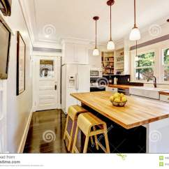 In Stock Kitchens Kitchen Stools With Back 有木桌面海岛的白色厨房库存图片 图片包括有空间 最高限额 西北 视窗 有木桌面海岛的白色厨房
