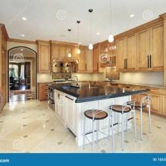 In Stock Kitchens Kitchen Aid Pasta Press 有桌面海岛的厨房库存照片 图片包括有夹具 海岛 照明设备 楼层 厨房 厨房在有黑桌面海岛的豪华家
