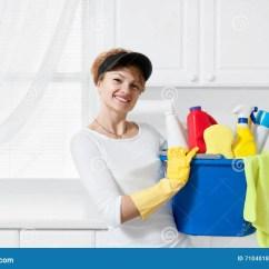 Kitchen Maid Under Cabinet Lights 有桶的清洁女仆清洁物品库存图片 图片包括有房子 Microfiber 人员 有桶的清洁女仆清洁物品