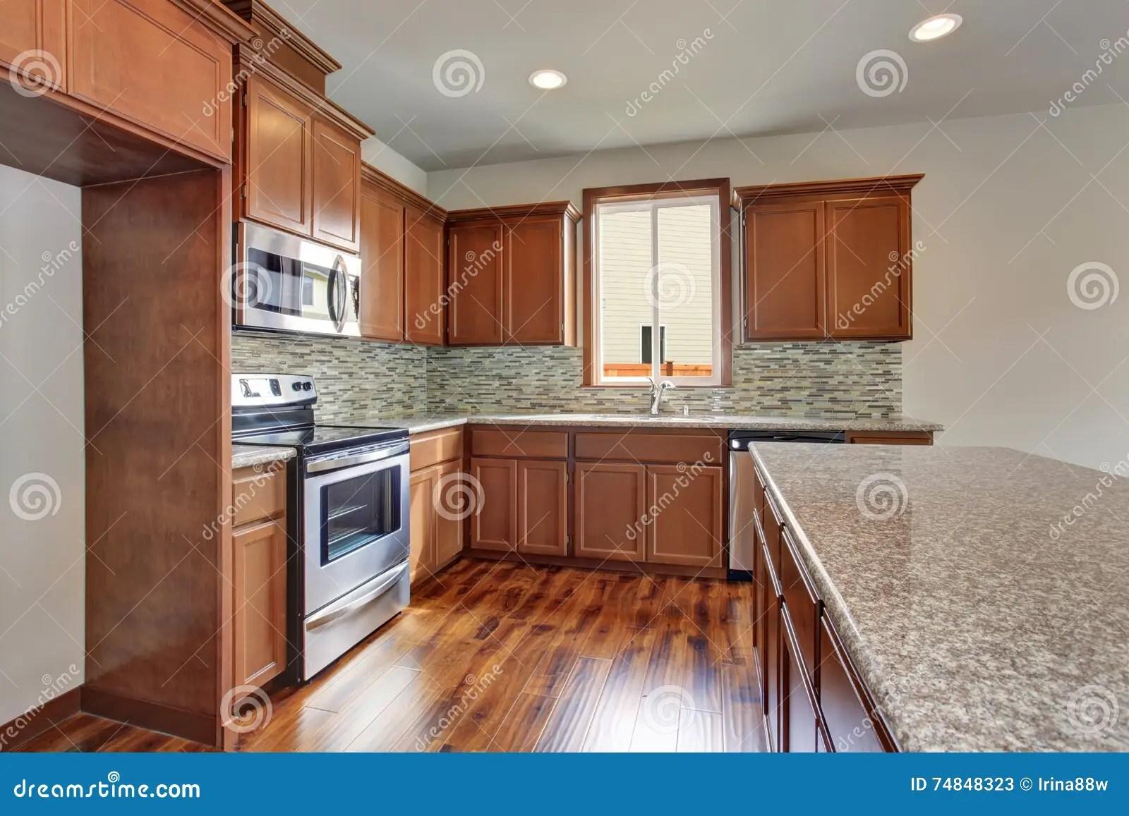 brown kitchen sink vigo faucet 有棕色内阁 花岗岩桌面和硬木地板的现代厨房室库存图片 图片包括有不锈 花岗岩桌面 不锈钢装置和硬木地板的现代厨房室