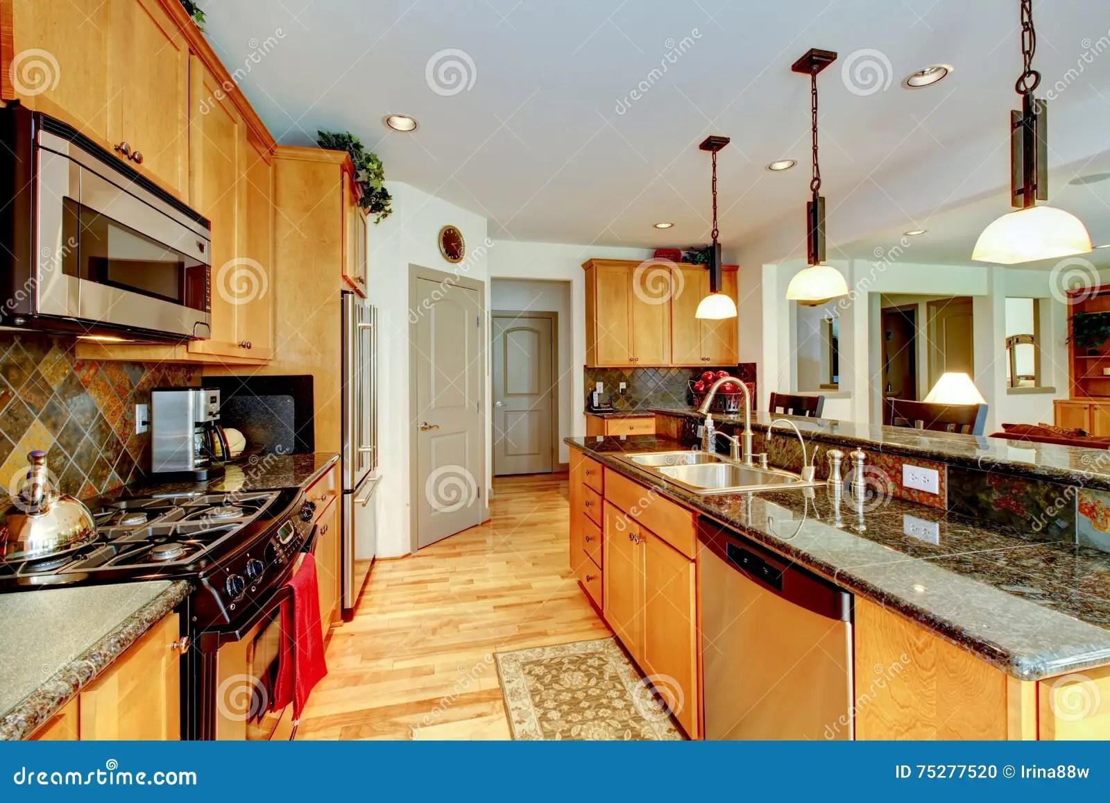 brown kitchen sink rustic alder cabinets 有棕色内阁的厨房室 不锈钢 花岗岩桌面库存照片 图片包括有设计 水槽 厨房与浅褐色的内阁 不锈钢和花岗岩桌面的室内部西北 美国