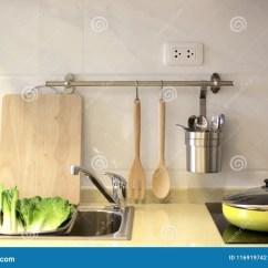 Sink Kitchen Cabinets Bbq 有水槽和电火炉的厨柜库存照片 图片包括有家具 设计 顶层 空间 房子 室内设计 厨柜有水槽的和电火炉