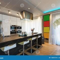 Modern Kitchen Stools Stainless Steel Cart 有海岛和凳子的现代厨房库存图片 图片包括有平面 里面 顶楼 聚光灯 有海岛和凳子的现代厨房