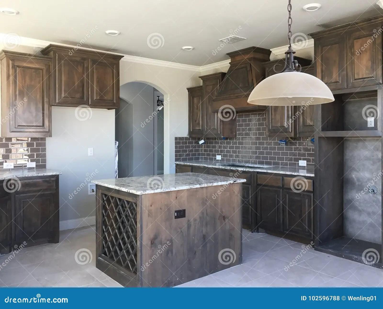 in stock kitchens refurbished kitchen table 有海岛柜台的厨房建设中库存照片 图片包括有灌肠器 邻居 社区 家庭 有海岛柜台的厨房建设中