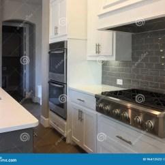 In Stock Kitchens Unfinished Pine Kitchen Cabinets 有海岛柜台设计的厨房库存照片 图片包括有邻居 壁橱 里面 现代 厨房 有海岛一个新房的柜台设计的好的现代厨房