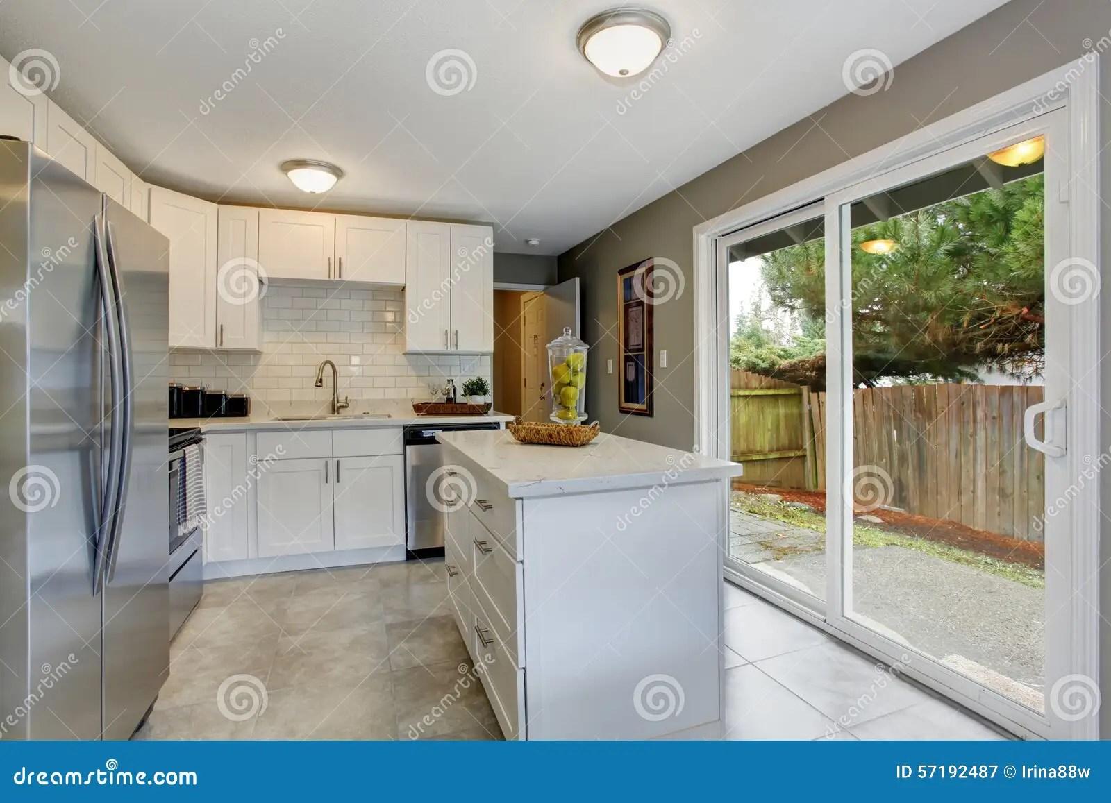industrial kitchen stools door 有灰色和白色题材的现代化的厨房库存图片 图片包括有拱道 厨房 凳子 有灰色和白色题材的现代化的厨房