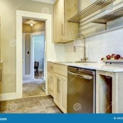Renew Kitchen Cabinets Used On Wheels For Sale 有瓦片后面飞溅修剪的厨柜库存图片 图片包括有墙壁 庄园 更新 西北 有瓦片后面飞溅修剪的厨柜