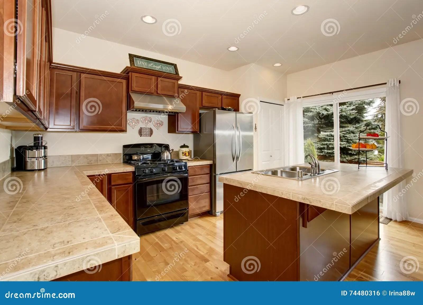 brown kitchen sink valances for 有瓦片桌面 厨房和不锈钢冰箱的舒适厨房室库存照片 图片包括有干净 厨房和不锈钢冰箱和棕色内阁的舒适厨房室