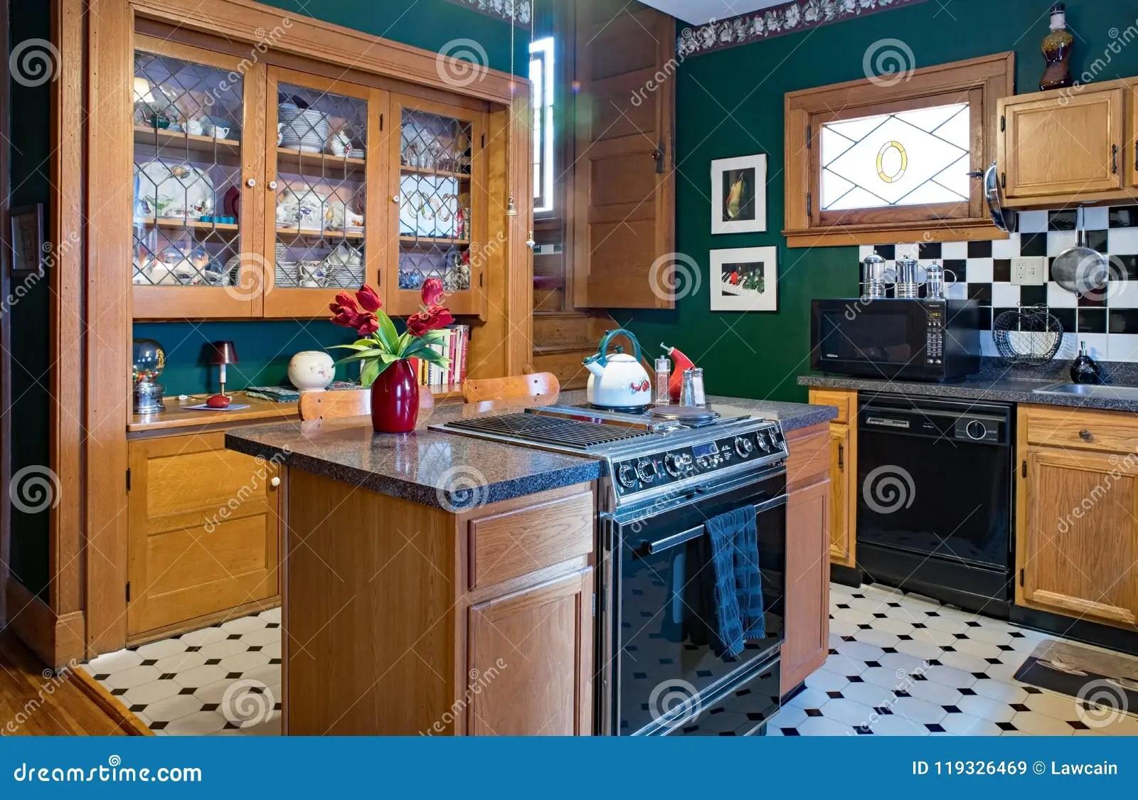 in stock kitchens affordable kitchen knives 有瓷器柜的绿色厨房编辑类库存图片 图片包括有玻璃 生活方式 细木家具 德顿 俄亥俄 美国 2018年6月18日 有固定瓷器柜的绿色厨房 中心海岛 黑 白色主题的装饰 后面楼梯在一个一百年老房子里
