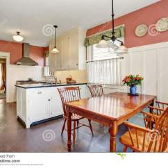 Kitchen Updates Cabinet Brands 有白色内阁 花岗岩桌面和硬木地板的经典厨房室库存图片 图片包括有典雅 与白色内阁 花岗岩桌面和硬木地板的经典厨房室内部并且红色墙壁西北 美国
