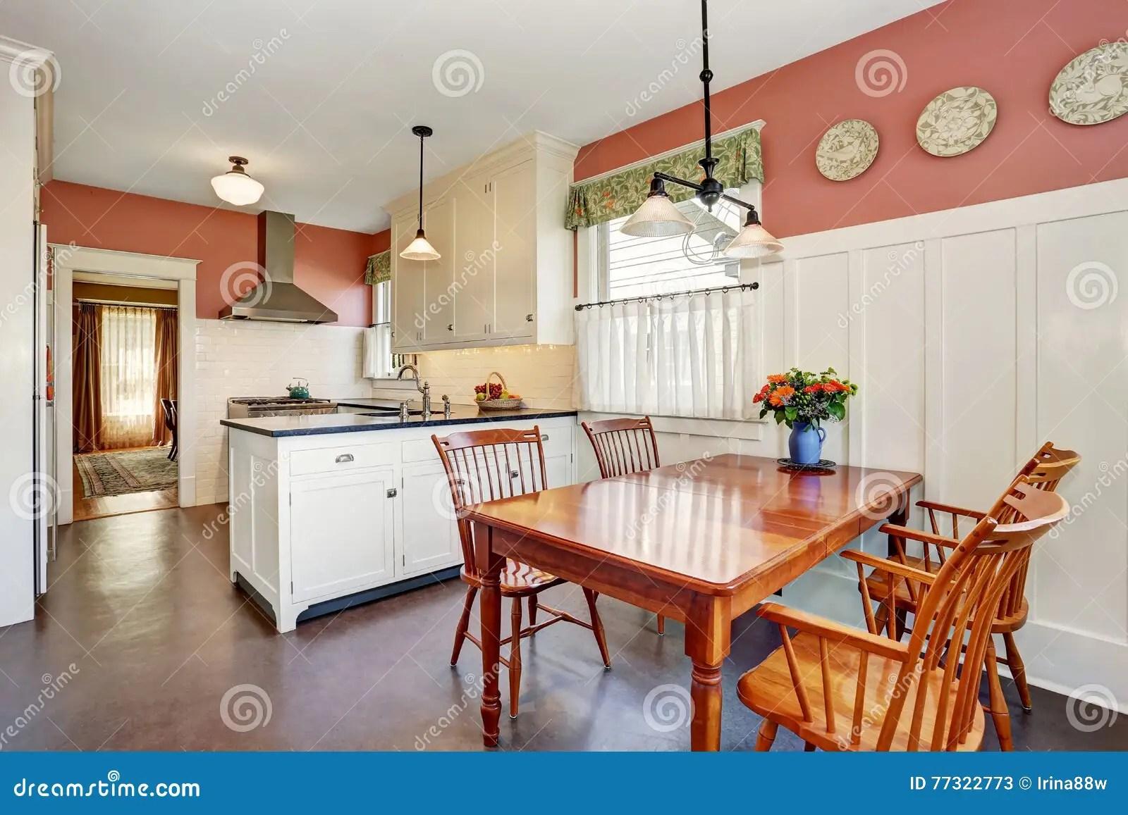 kitchen updates new design 有白色内阁 花岗岩桌面和硬木地板的经典厨房室库存图片 图片包括有典雅 与白色内阁 花岗岩桌面和硬木地板的经典厨房室内部并且红色墙壁西北 美国