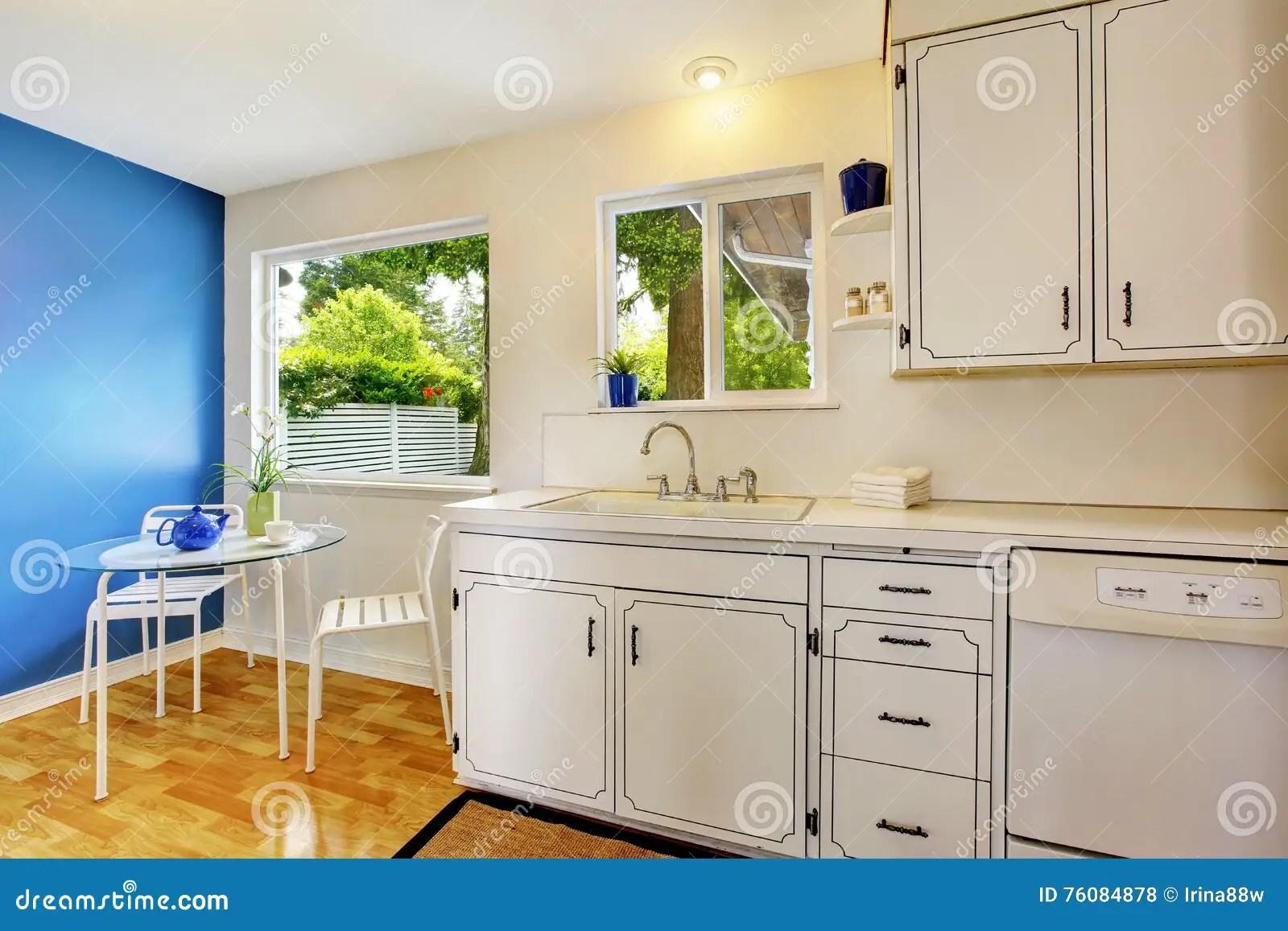 kitchen glass table remodel contractors 有白色内阁 蓝色能墙壁和的玻璃的厨房室库存照片 图片包括有平面 拱道 与白色内阁 蓝色墙壁和玻璃餐桌的小厨房室内部西北 美国