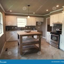 Modern Kitchen Images Kitchens For Rent 有白色内阁和海岛的现代厨房库存照片 图片包括有bulblet 最高限额 有白色内阁和海岛的现代厨房