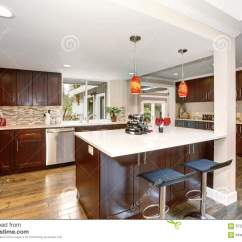 Large Kitchen Pantry Coiled Faucet 有白色桌面的大厨房库存图片 图片包括有制动手 用餐 排列 厨房 房子 有白色桌面的大厨房