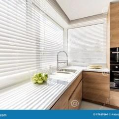 Kitchen Curtain Ideas Cherry Cabinets 有白色窗帘的厨房库存照片 图片包括有装饰 分配器 申请人 设计 想法 与白色水平的窗帘的现代明亮的厨房内部 有白色工作台面的木内阁和家用电器