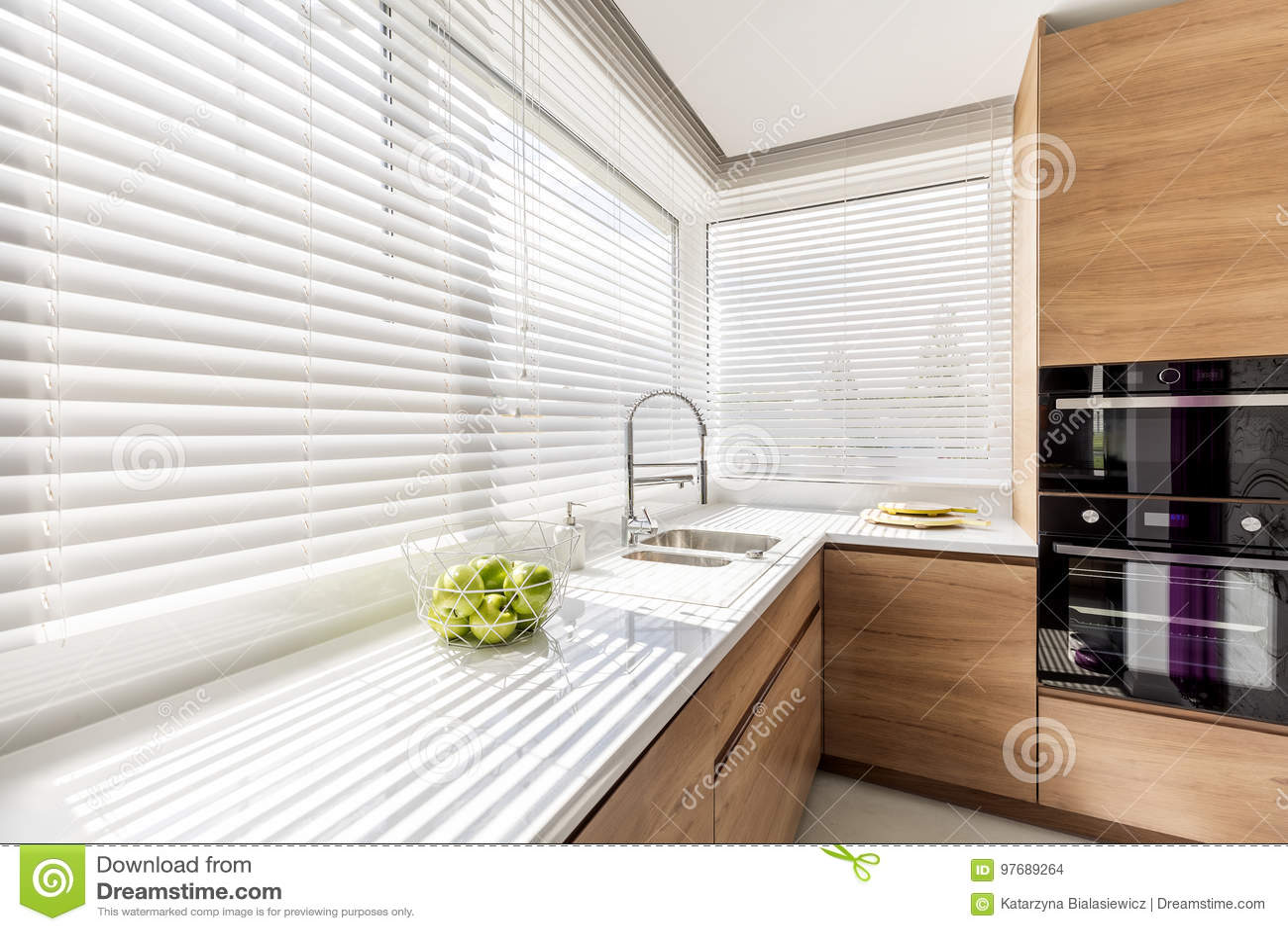 kitchen curtains for sale how to clean grease from cabinets 有白色窗帘的厨房库存照片 图片包括有装饰 分配器 申请人 设计 想法 与白色水平的窗帘的现代明亮的厨房内部 有白色工作台面的木内阁和家用电器