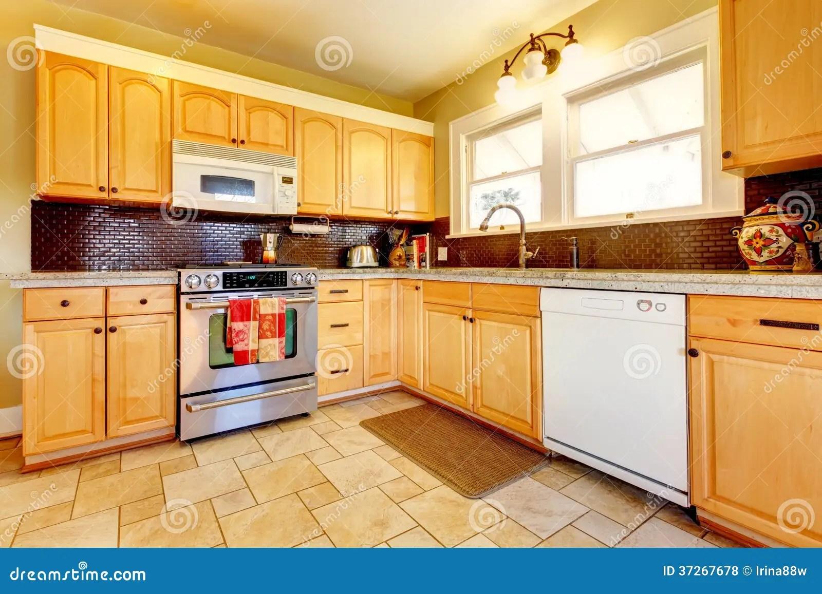yellow kitchen rugs table and chair set 有砖backsplash设计的光口气木厨房库存照片 图片包括有装备 拱道 任何 有木内阁和黑褐色backsplash的黄色厨房设计 砖地和小地毯