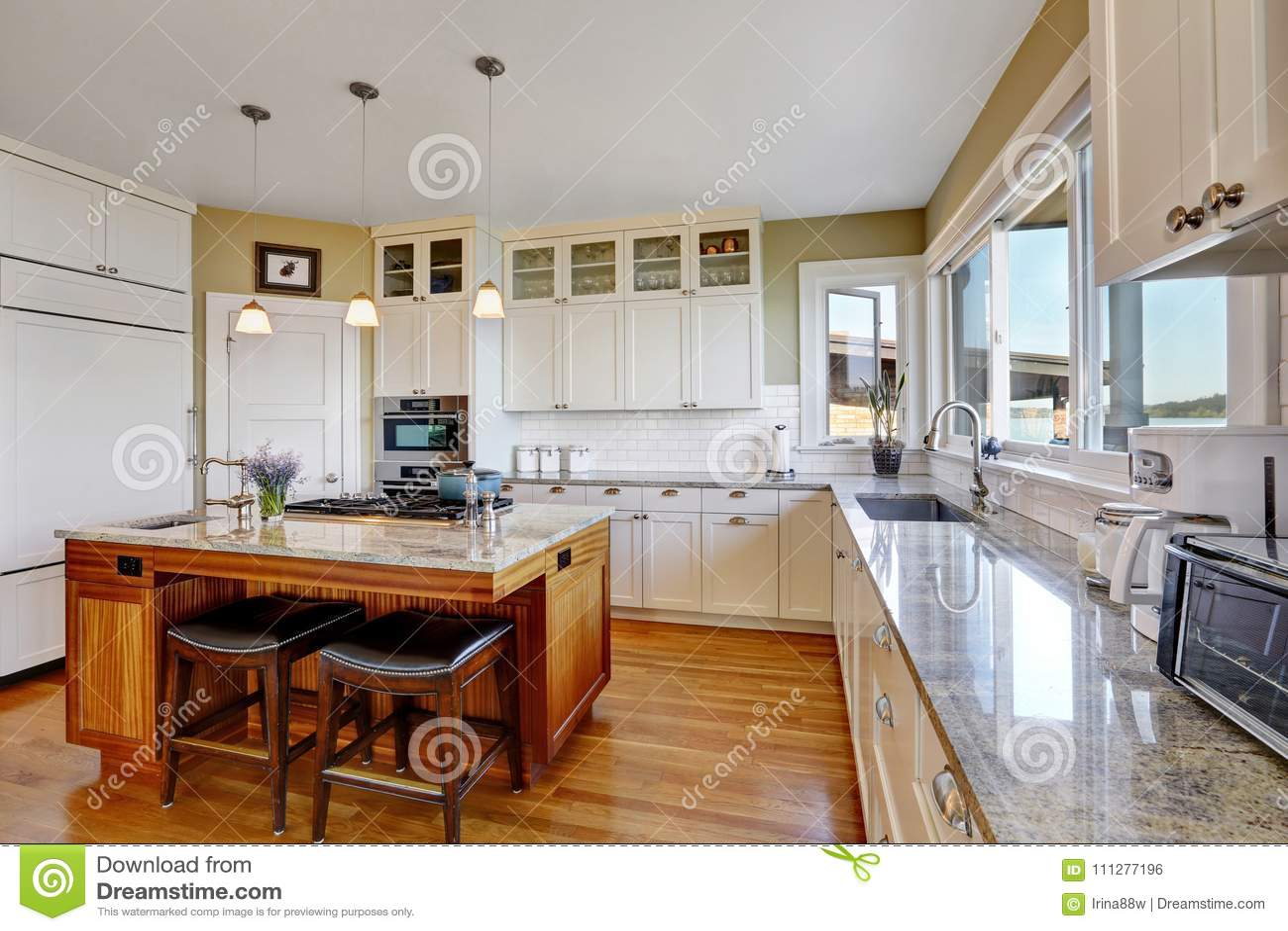 white kitchen cabinets best countertops for kitchens 有纯净的白色厨柜的惊人的白色厨房库存照片 图片包括有设计 灌肠器 有纯净的白色厨柜的惊人的白色厨房