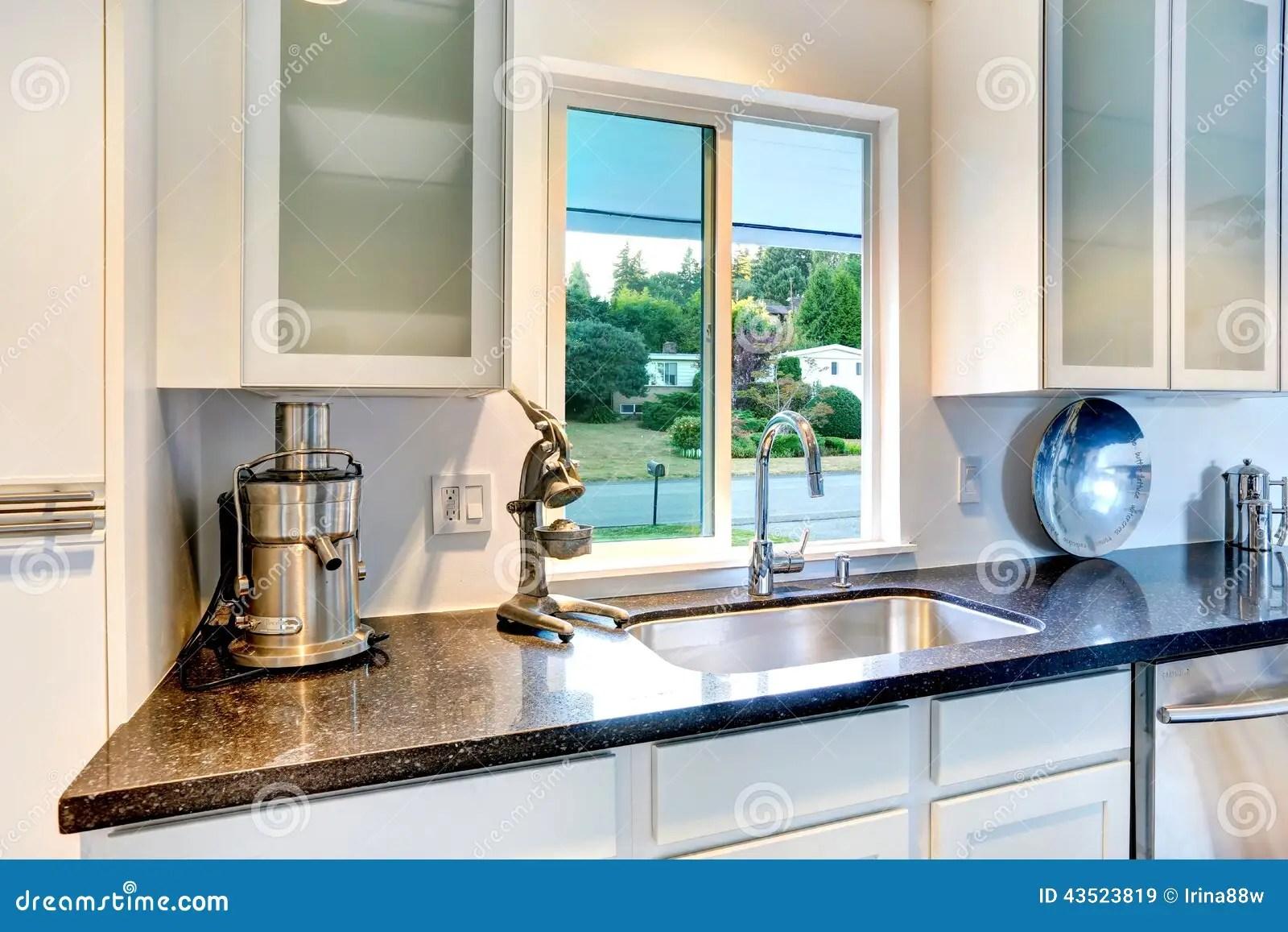 sink kitchen cabinets chair cushion 有花岗岩上面和水槽的厨柜库存图片 图片包括有任何地方 机柜 发光 有花岗岩上面ands的白色厨柜下沉有窗口的明亮的厨房室
