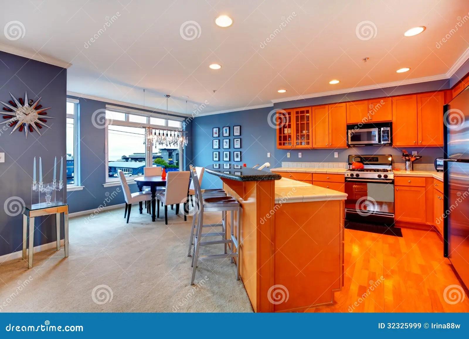 orange kitchen rug camo appliances 有蓝色餐厅的城市公寓橙色木厨房 库存图片 图片包括有蓝色 系列 米黄地毯